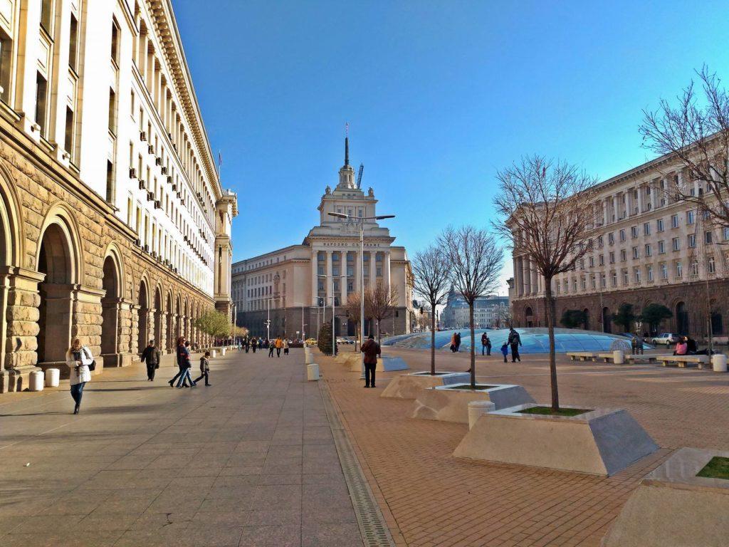 Sofia, il classicismo socialista trova la sua rappresentazione nel Largo, il complesso di edifici costruiti negli anni '50 ed ha il suo fulcro nell'Ex Casa del Partito con la caratteristica facciata a torta nuziale.
