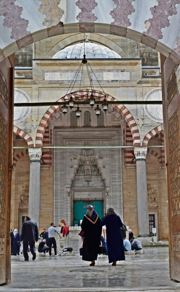 Ingresso della colossale Moschea Selimiye, il capolavoro dell'architetto Sinan. L'aspetto suggestivo della moschea e dei suoi frequentatori suggeriscono di iniziare il viaggio verso l'Oriente partendo proprio da Edirne.